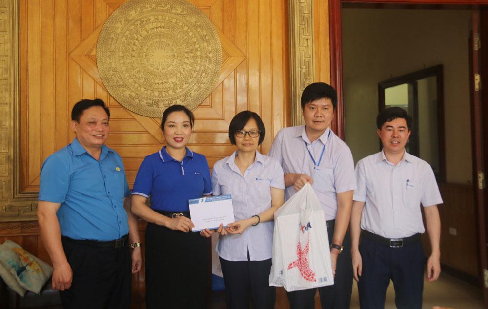 Công đoàn Thông tin và Truyền thông Việt Nam tặng quà bệnh nhân ung thư