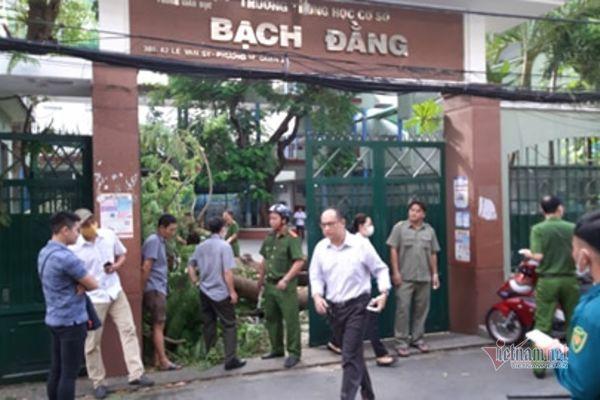 Cây phượng bật gốc trong sân trường, đè 1 HS tử vong và 12 em bị thương