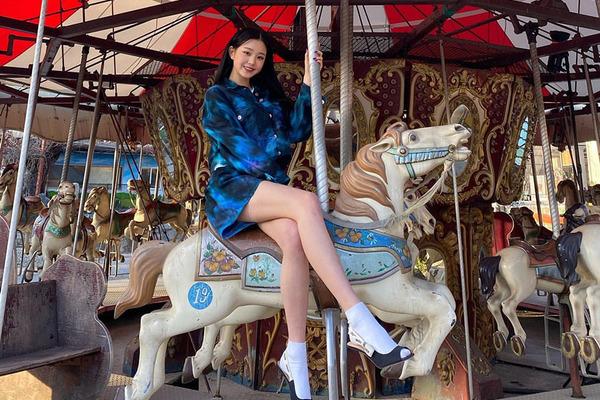 Thiếu nữ xinh đẹp mặc cảm vì đôi chân thon, dài gấp đôi người