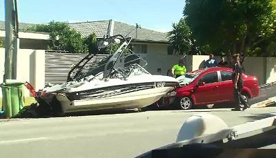 """Thuyền """"đậu"""" ngay ngắn trên đầu ô tô sau cú đâm mạnh"""