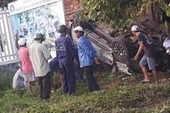 Xe bán tải lật ngửa giữa bãi đất trống, tài xế chết kẹt trong cabin