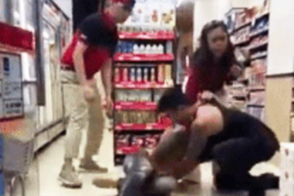 Bị đánh vì trêu ghẹo cô gái ở cửa hàng tiện lợi