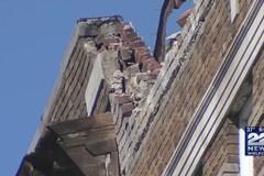 Nóc chung cư bất ngờ đổ sập, sơ tán hàng chục hộ dân
