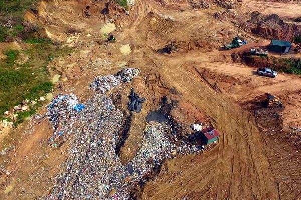 Ngồn ngộn rác 'đổ tạm' trên đỉnh núi ở Vĩnh Phúc
