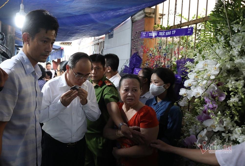 Bí thư Nguyễn Thiện Nhân bật khóc khi viếng bé trai bị cây phượng đè tử vong