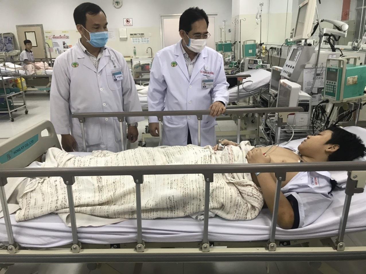 Cây phượng bật gốc: Còn 3 học sinh thương nặng điều trị