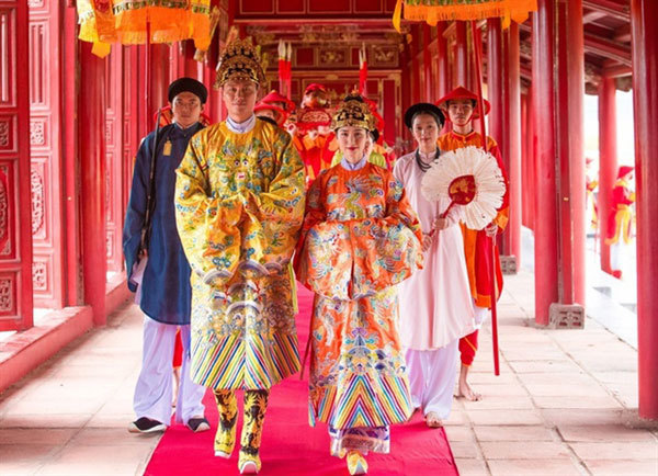Hue,the Royal Citadel,An Dinh Palace,music video,singer Hoa Minzy,play Empress Nam Phuong,Emperor Bao Dai