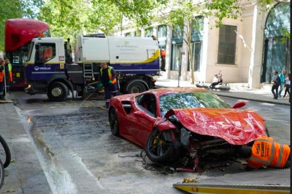 Siêu xe Ferrari 488 GTB vỡ nát đầu sau khi va chạm với xe buýt