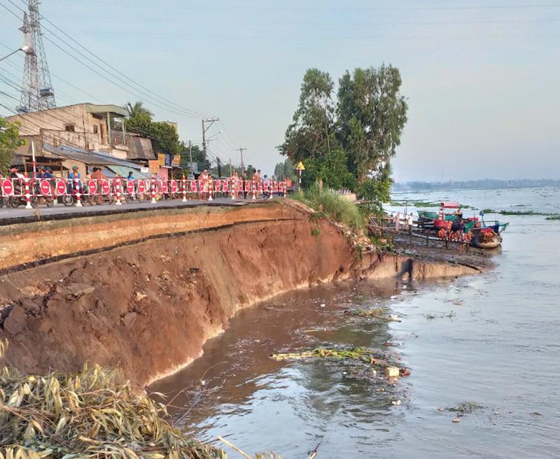 Đoạn quốc lộ hàng chục mét trôi sông, dân An Giang dời nhà đi lánh nạn
