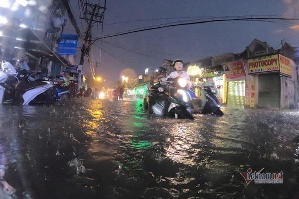 Mưa xối xả cuối buổi chiều, đường Sài Gòn lại dập dềnh sóng nước