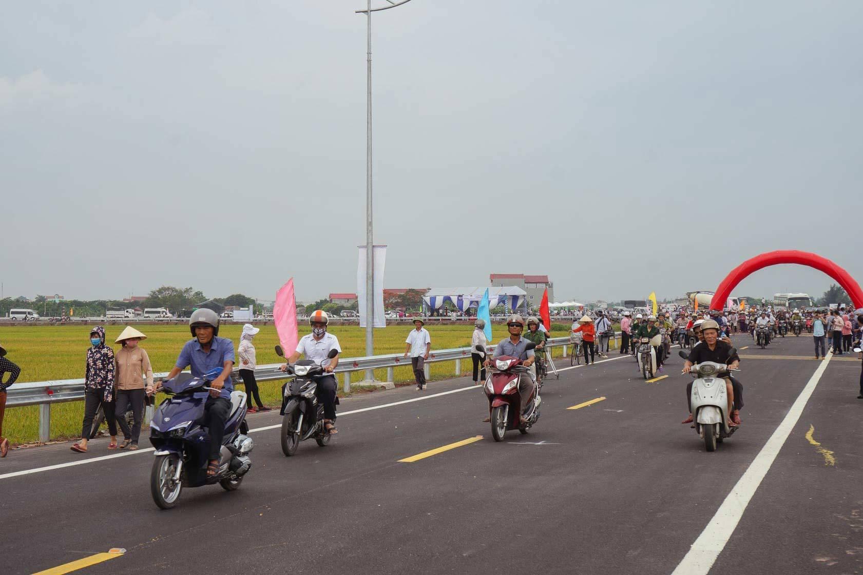 Thông xe cầu hơn 1.000 tỷ, dân Nam Định hết cảnh qua sông lụy phà