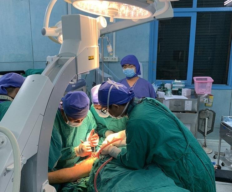Phẫu thuật cho 2 học sinh vụ cây phượng ngã đè trong sân trường