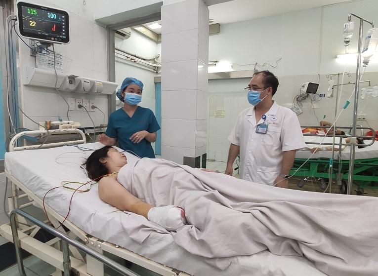 Bác sĩ cưa máy xay thịt cứu bàn tay người phụ nữ bị nghiền nát