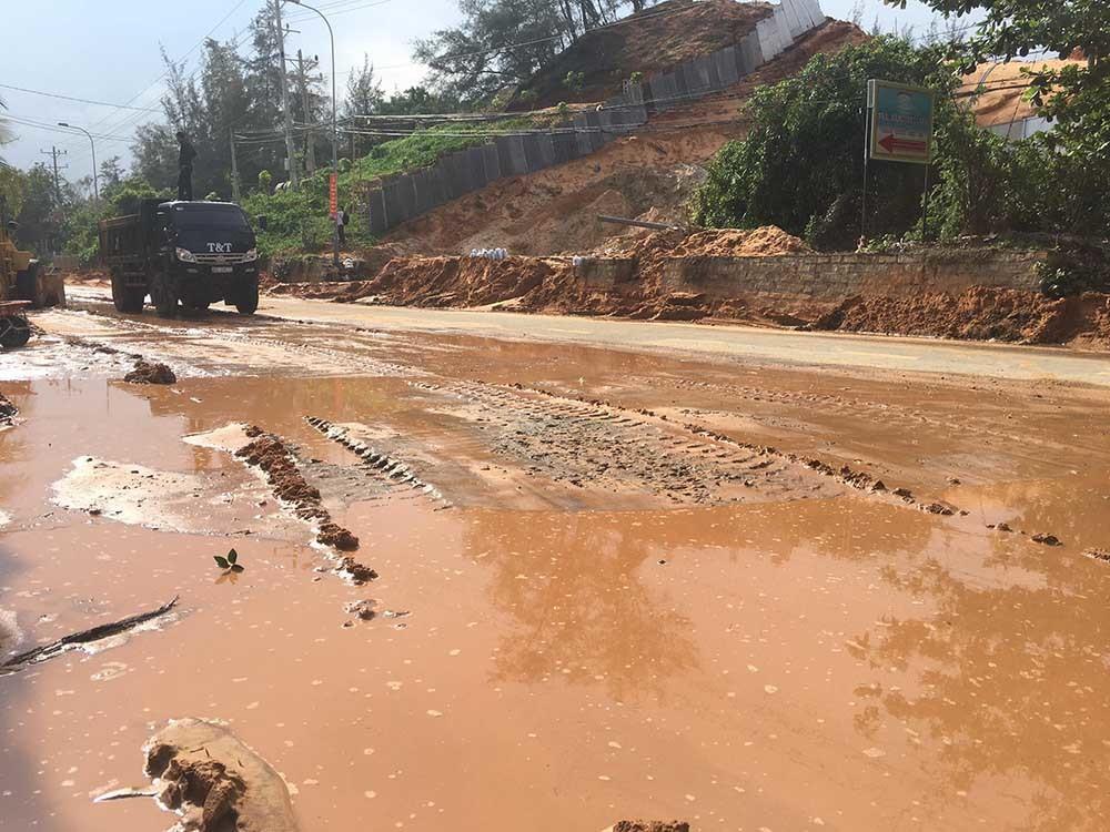 Lũ cát trên đồi ập xuống đường, thiệt hại nhiều cơ sở du lịch ở Mũi Né