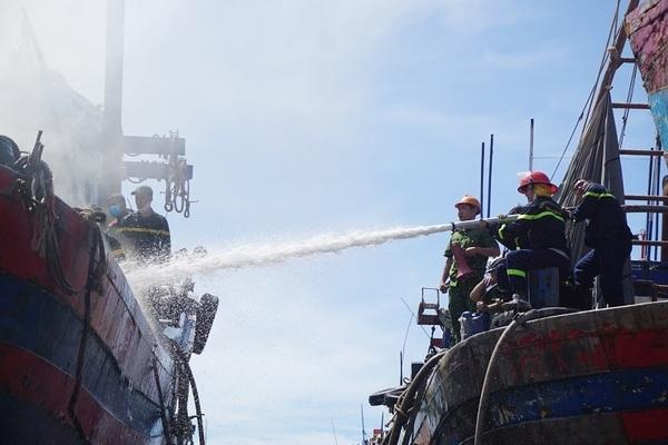 Đang neo đậu để sửa chữa, tàu cá tiền tỷ bốc cháy ngùn ngụt
