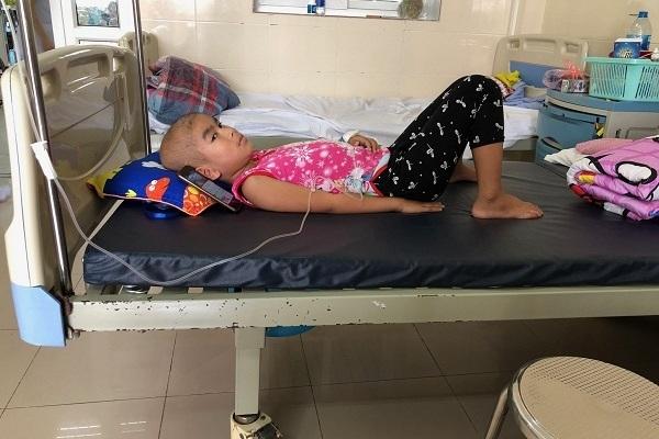Bé gái 7 tuổi ung thư võng mạc: 'Con muốn lớn nhanh giúp mẹ trả nợ!'