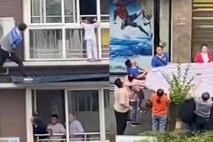 Nghẹt thở xem thợ điều hòa giải cứu bé gái lơ lửng ngoài cửa sổ tầng 6