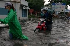 Sài Gòn mưa như thác đổ, người dân lội bì bõm tìm đường về nhà