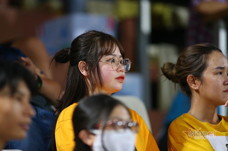 Người yêu Quang Hải lặng lẽ cổ vũ trên khán đài Hàng Đẫy