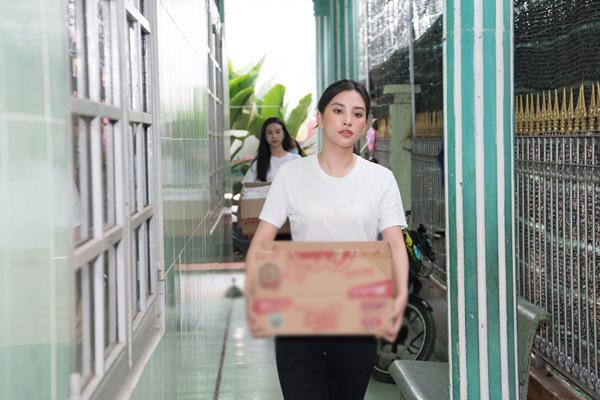 Tiểu Vy, Lương Thuỳ Linh, Dương Tùng Nhân tặng quà trẻ nhân 1/6