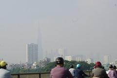 Cao ốc trung tâm Sài Gòn mờ mịt giữa trưa nắng