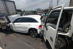 11 ô tô đâm nhau tứ tung, xe Mercedes bị ghim chặt nát cả đầu đuôi