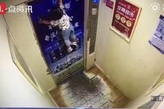 Kẹt dây dắt, em bé bị treo lơ lửng ở cửa thang máy