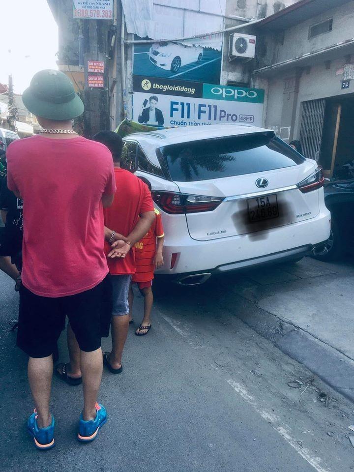 Lexus RX350 bị viết chữ chi chít vì đỗ chắn cửa nhà dân