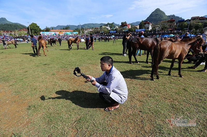 Xem Vlogger, Streamer 'nhà nông' tường thuật trực tiếp giải đua ngựa Bắc Hà