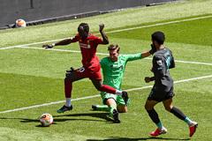 Liverpool chia đôi đội đá trên sân Anfield không khán giả