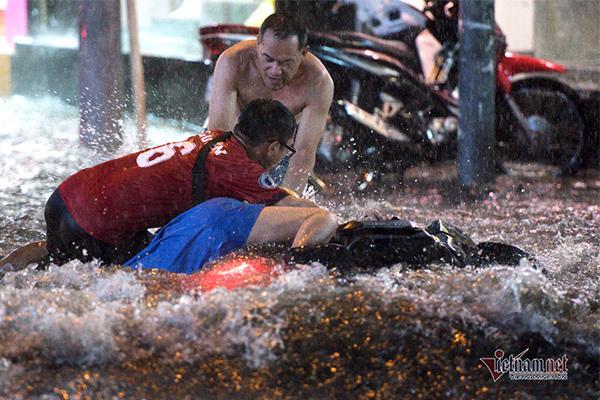 Ngã dúi dụi trong mưa ngập trên đường Sài Gòn