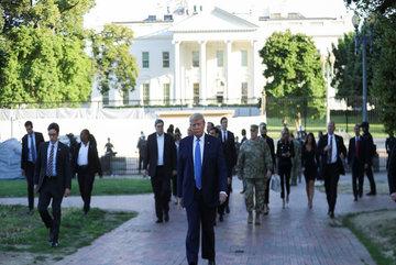Hình ảnh ông Trump rảo bước khỏi Nhà Trắng giữa bạo loạn