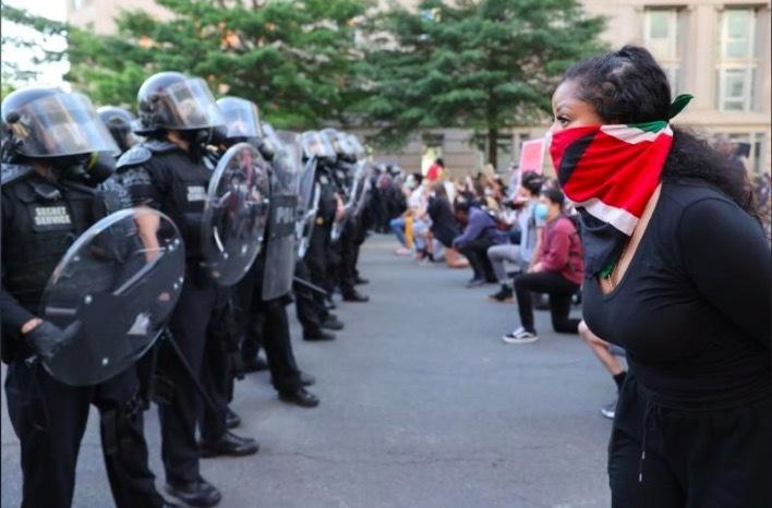 Hình ảnh cảnh sát Mỹ giải tán người biểu tình bên ngoài Nhà Trắng