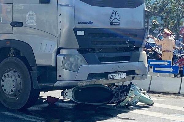 Con trai 6 tuổi tử vong, mẹ nguy kịch sau va chạm với xe container