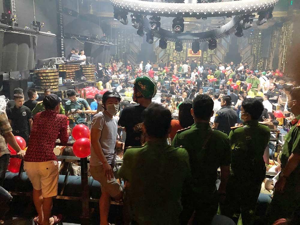 Hơn 200 người thác loạn ở quán bar ven Sài Gòn