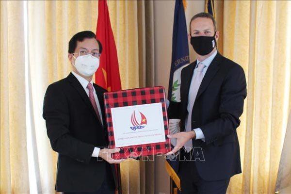 ĐSQ Việt Nam tặng khẩu trang cho Cơ quan Phát triển tài chính quốc tế Mỹ