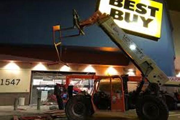 Video xe nâng lao vào siêu thị ở Mỹ để cướp phá giữa tiếng reo hò