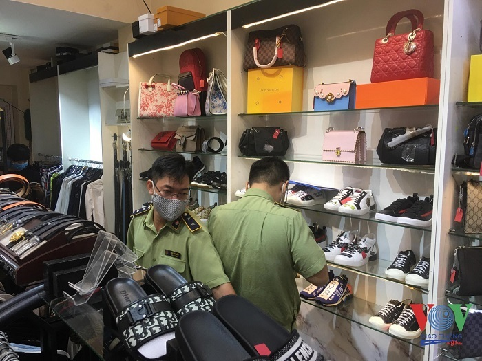 TP.HCM: Bắt giữ lô giày, dép nhập lậu và giả mạo