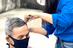 Young woman gives free haircuts to the disadvantaged