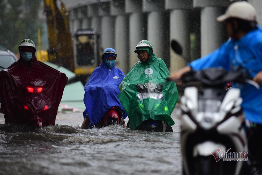 Xối xả mưa chiều Sài Gòn, xắn quần vượt 'rốn ngập' Nguyễn Hữu Cảnh