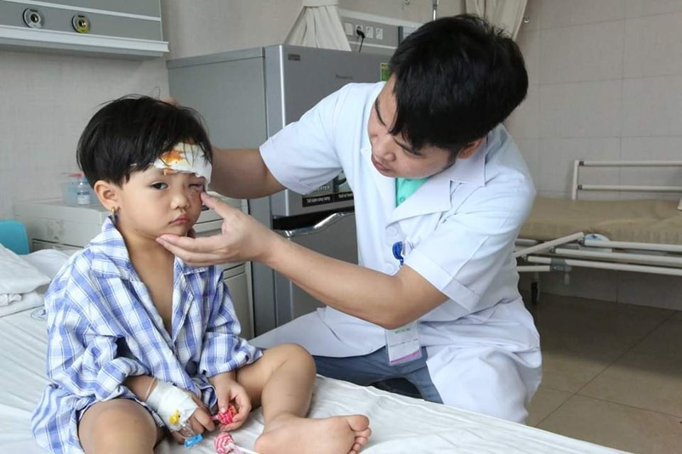 Bé 3 tuổi bị thương nặng do giống chó lai hung dữ tấn công