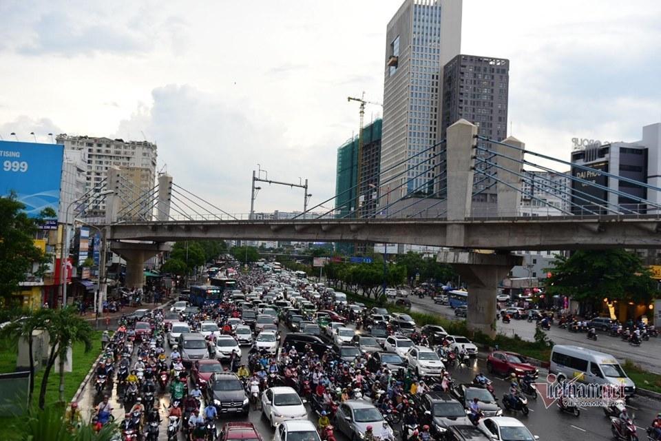 Đường Sài Gòn tê liệt, nghìn xe xếp kín nhúc nhích tìm lối về