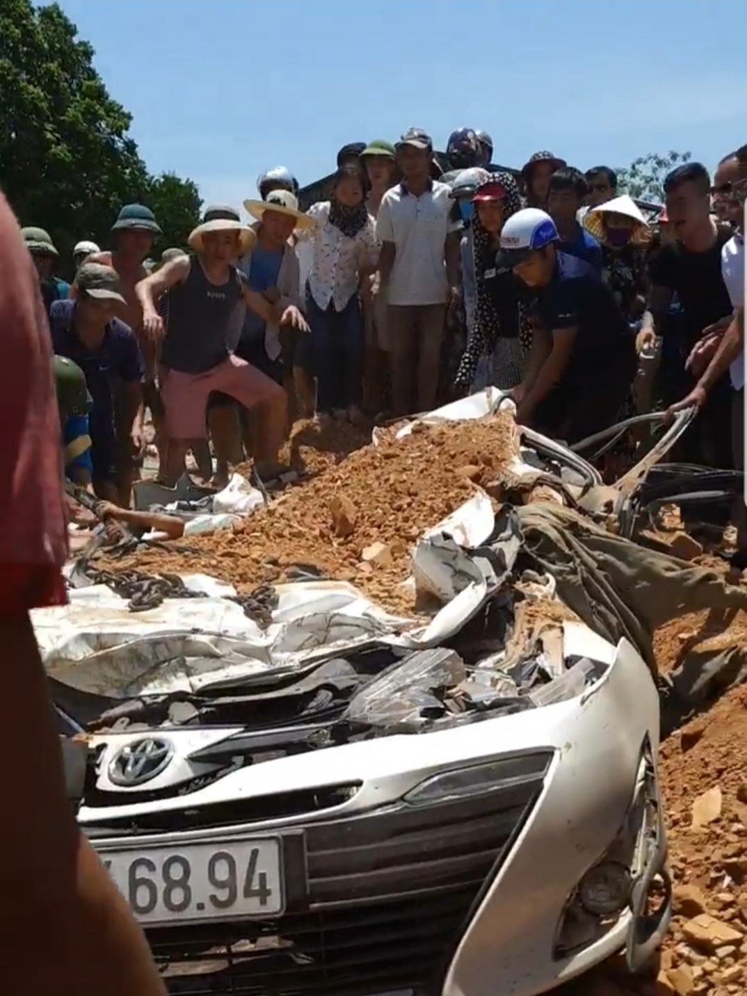 Xe tải chở đất đè xế hộp bẹp dúm ở Thanh Hóa, 3 người tử vong