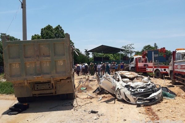 Xe tải chở đất đè bẹp xế hộp ở Thanh Hóa, 3 người tử vong