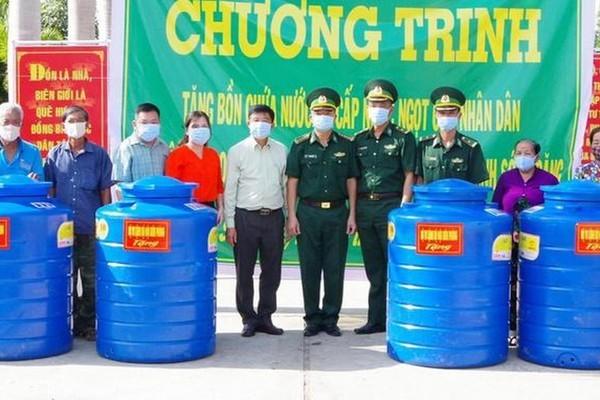 Bộ đội Biên phòng tặng bồn chứa nước cho người nghèo vùng biên giới biển