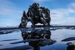 Khối đá hình khủng long cao 15m ngoài khơi Iceland