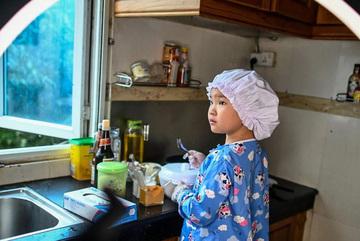 Đầu bếp 8 tuổi nổi danh cộng đồng mạng