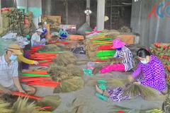 Thoát nghèo bền vững nhờ bám nghề bó chổi