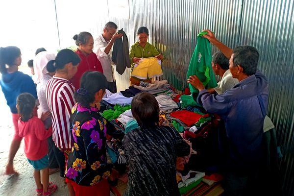Xúc động quầy quần áo từ thiện hỗ trợ người nghèo
