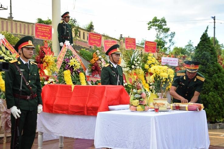 Phút nghẹn ngào tiễn đưa 17 hài cốt chiến sĩ đặc công về nơi an nghỉ